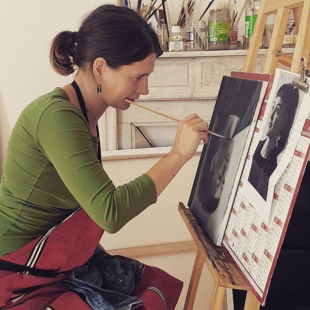 une photo de Flaminia Carloni peignant une toile
